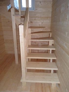 Деревянная лестница в каркасном доме