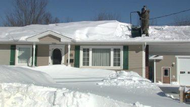 Дом завален снегом