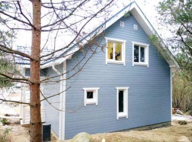 Каркасный дом по проекту Ридигер в пос. Ольшаники, вид с обратной стороны