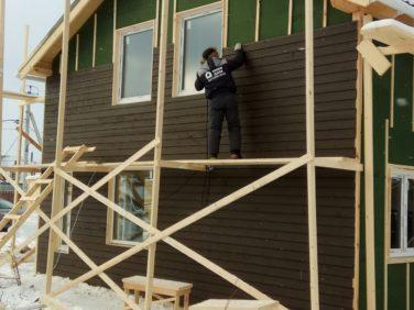 Строительство фасада каркасного дома из скандинавской доски