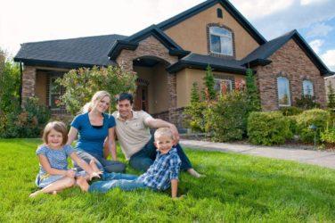 Семья в загородном доме